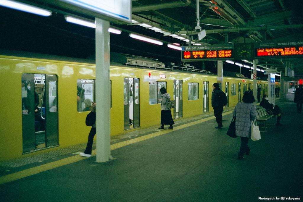 夜の小川駅ホーム。こちらもかなりの緑被り。けっこう好きです、この緑。