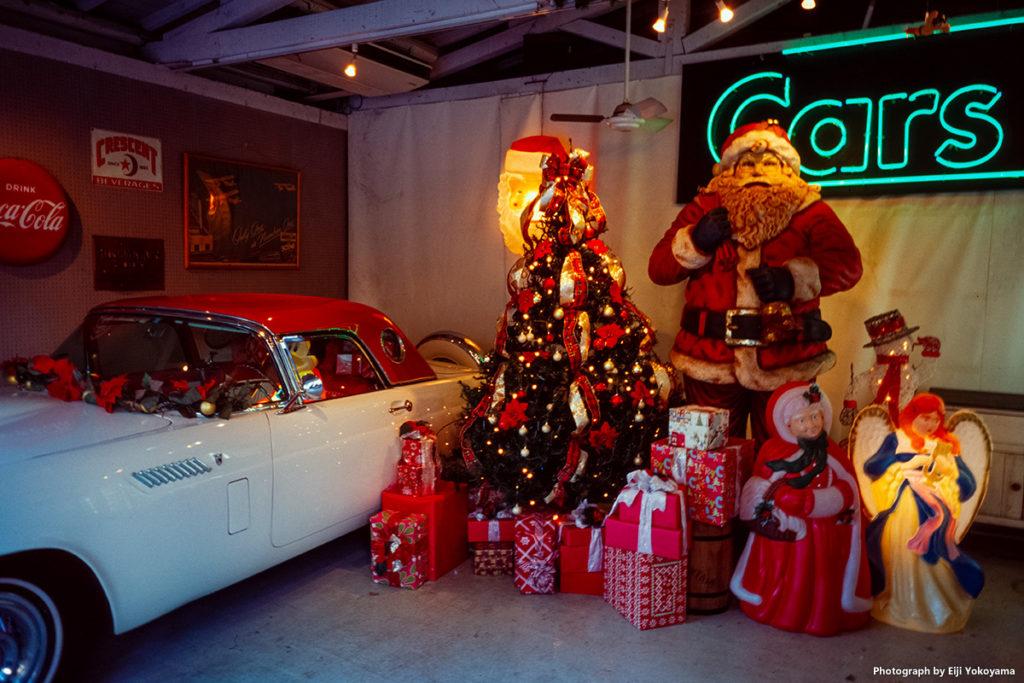 こちらもクリスマストイズ。ガレージの中にクラシックカーとサンタクロース。