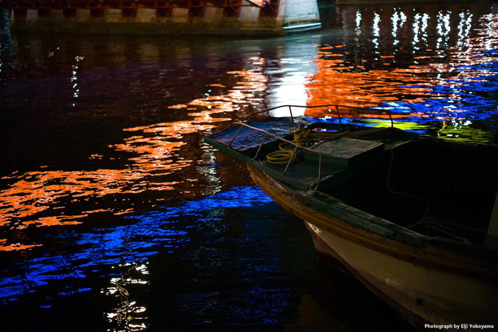 吾妻橋の袂。川面に船。