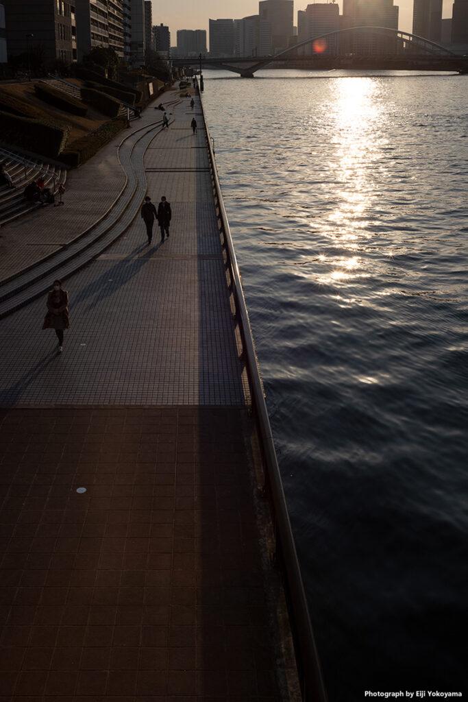 隅田川と遊歩道。逆光ですが、SUMMICRON 35mm f/2 7枚玉、結構フレアを押さえてる方だと思います。
