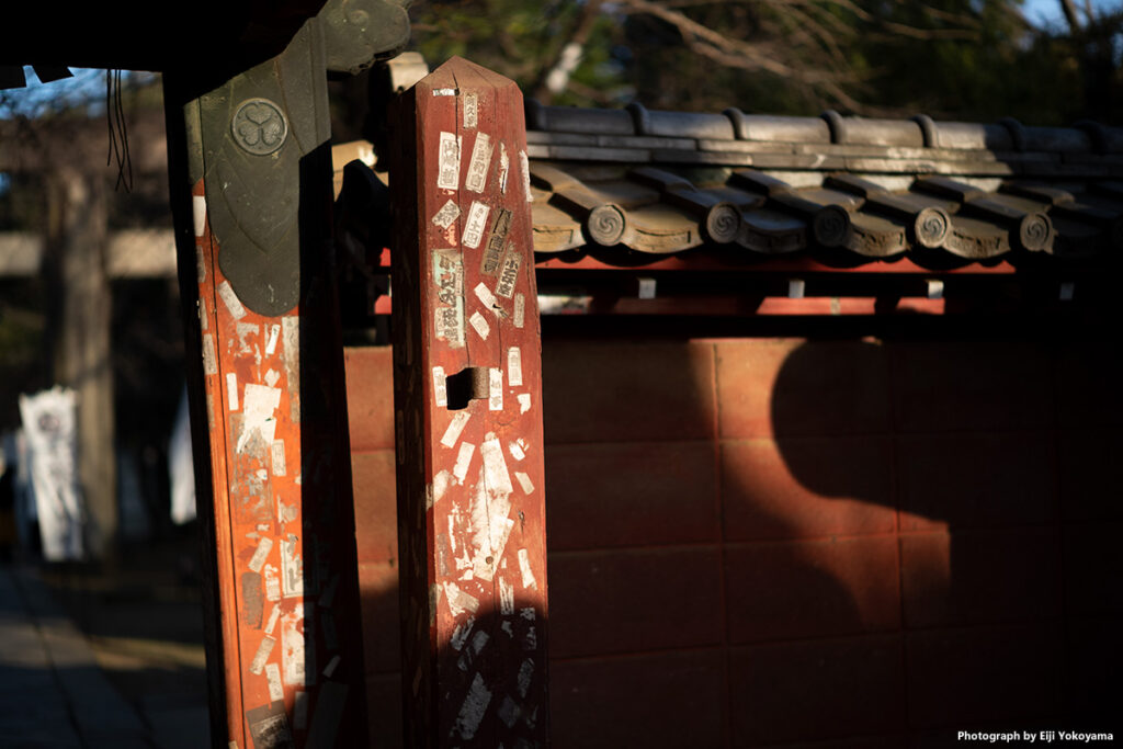 上野東照宮の山門。いい具合に陽があたっていたので。