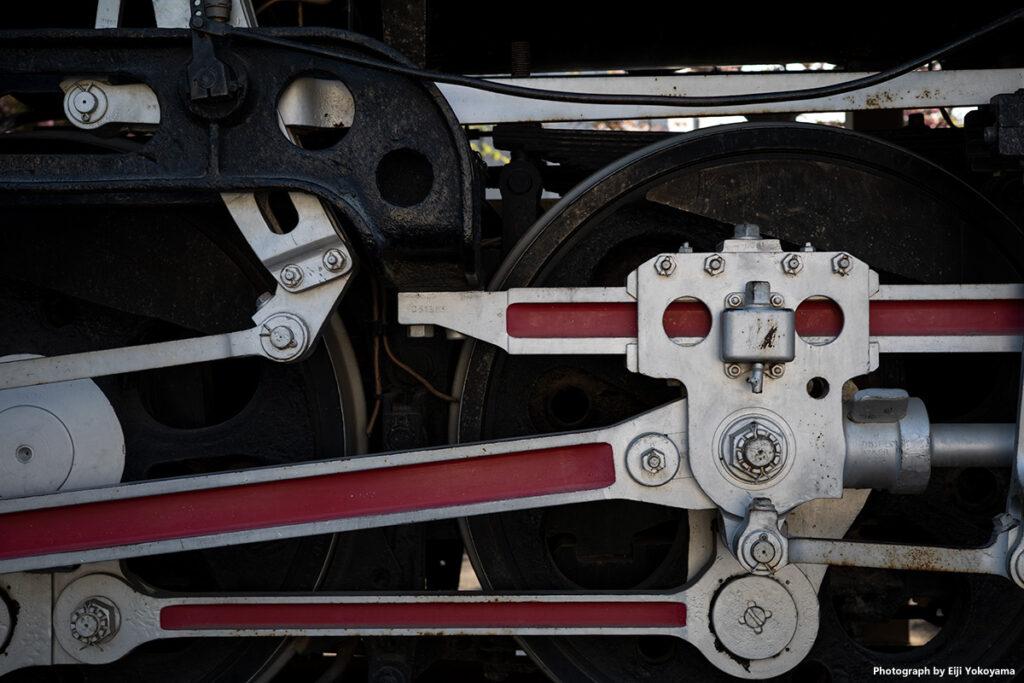 飛鳥山公園内には電車と汽車、二つの車両が展示されています。トップの写真は昭和53年まで荒川線を走っていた車両、都電6080です。そしてこの写真、機関車デコイチ(D51)、車輪をアップで撮ってみました。