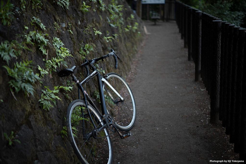 こちらも山道にて。放置自転車?