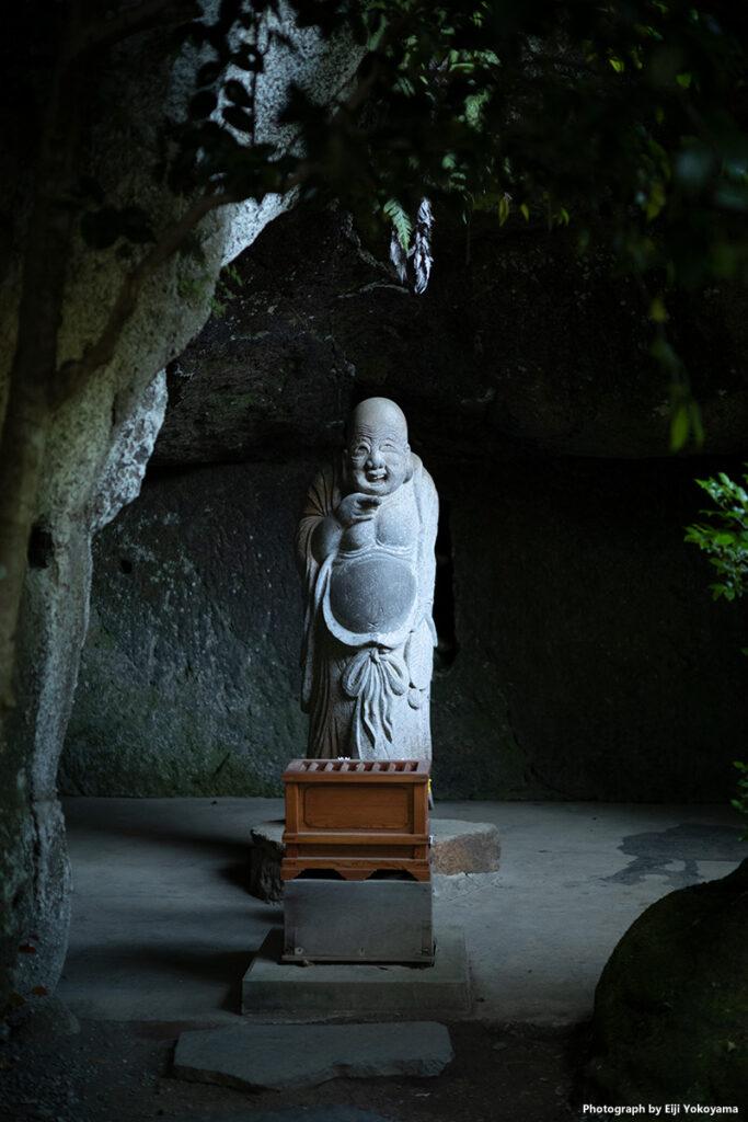 浄智寺の布袋尊。微笑んでるということですが、何故かここの布袋さん、不気味に感じます。