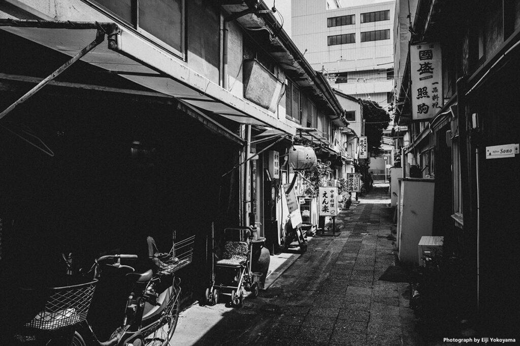 こちらも神宮古路。白黒にしてみました。まんま、昭和の風景です。