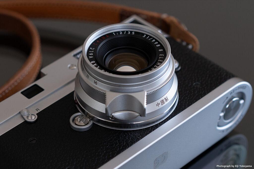 LIGHT LENS LAB M 35mm f/2(周八枚)、鏡胴下部には「中国製」と漢字で。
